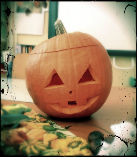 V práci som na Halloween pre deti vyrezala tekvicu :)